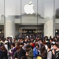 Číňané neváhají prodat své děti, aby měli na iPhone