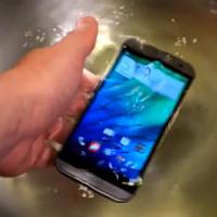 HTC One (M8) si zaplavalo a setkalo se s kladivem (videa)