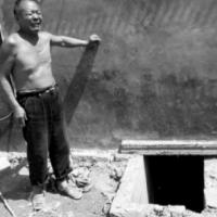 Manželé z Číny zemřeli při záchraně smartphonu z latríny