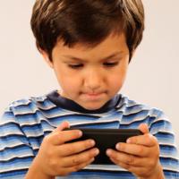 Většina dětí dostává první mobilní telefon s nástupem do školy