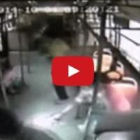 Další mobil explodoval, tentokrát způsobil paniku v autobusu
