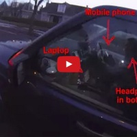 VIDEO: Šílený řidič automobilu za jízdy koukal do počítače a SMSkoval