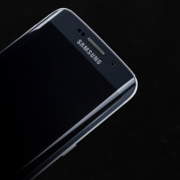 Samsung má problém! Galaxy S6 edge má už zvýroby poškrábaný displej