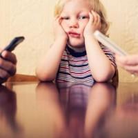 V boji o pozornost rodičů často vítězí smartphony nad dětmi