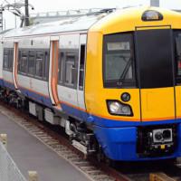 Muž byl zatčen za to, že si ve vlaku nabíjel telefon – podle policie kradl elektřinu