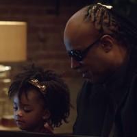 Stevie Wonder a Andra Day jsou hlavními postavami nové reklamy Applu