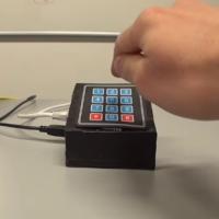 Chytré hodinky bez problémů zjistí, co píšete na mobilu
