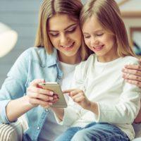 Téměř tři čtvrtiny Čechů používaly loni chytrý telefon