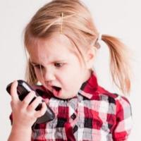 První mobil nejčastěji v osmi letech, data až v pubertě