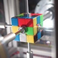 Světový rekord! Robot složil Rubikovu kostku za 0,38 sekundy
