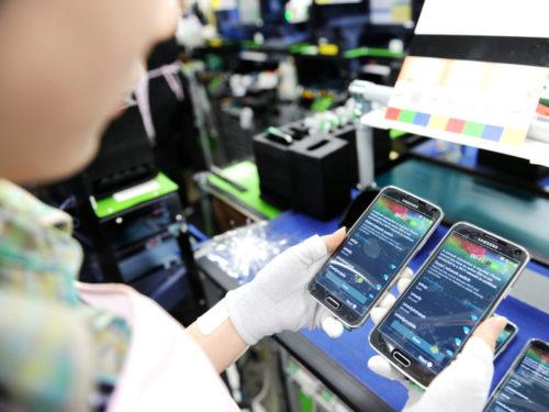 Samsung otevřel v Indii největší továrnu na výrobu mobilů