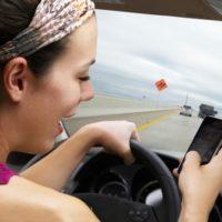 Ženy bourají s mobilem v ruce dvakrát častěji než muži