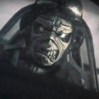 Maskot metalové kapely Iron Maiden usedá do kokpitu Spitfire