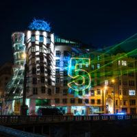 Laserová show od Samsungu rozzářila budovu Tančícího domu