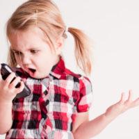 Chytrý telefon dostávají stále mladší děti, co na síti dělají ale kontroluje jen zhruba každý druhý rodič